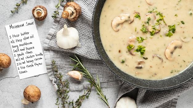 Posição plana de ingredientes alimentares com sopa e cogumelos