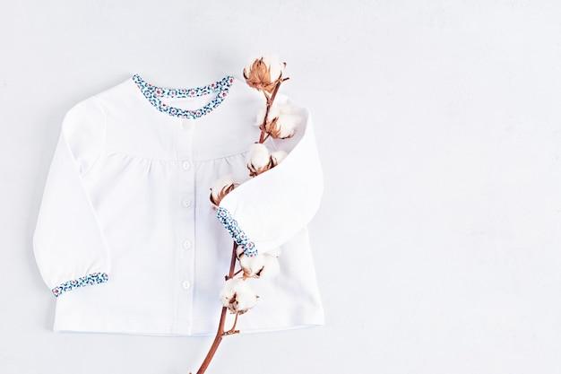 Posição plana de roupas fofas de recém-nascido isoladas