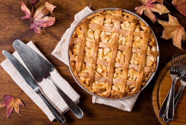Posição plana de torta de maçã de ação de graças com talheres