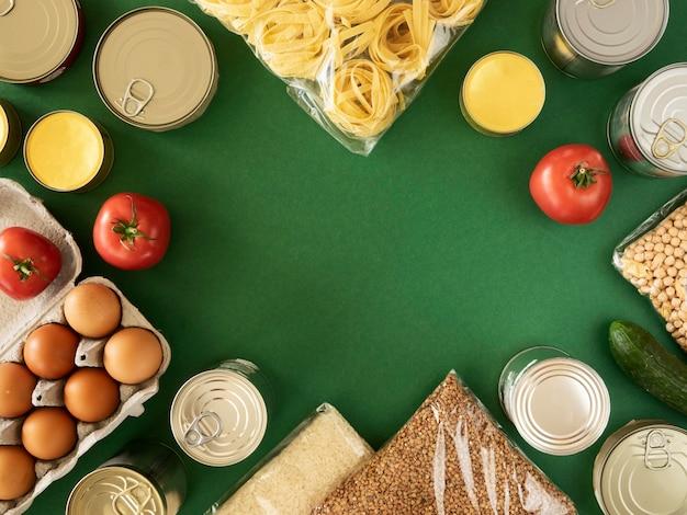 Posição plana de um monte de alimentos frescos para doação