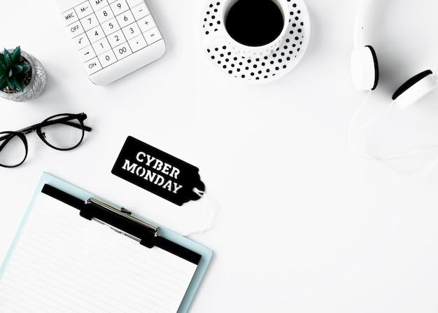 Posição plana do bloco de notas com etiqueta de café e cyber segunda-feira