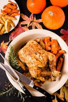 Posição plana do prato de frango assado no dia de ação de graças com outros alimentos
