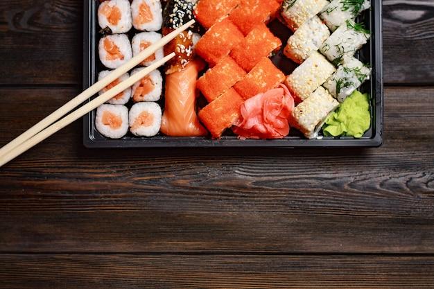 Posição plana do prato de sushi com pauzinhos