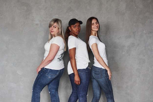 Posições diferentes. grupo de mulheres multiétnicas em pé