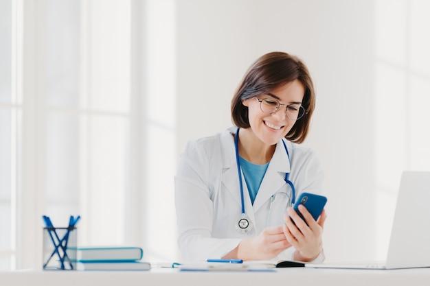 Positiva trabalhadora médica envolvida em bate-papo, mantém telefone celular e envia mensagens