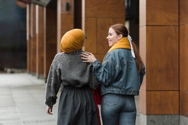 Positivas jovens caminhando juntos