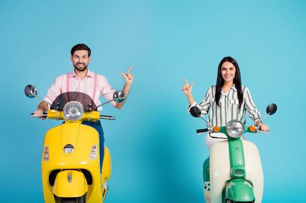 Positivo, alegre, duas pessoas, motorista, dirige, amarelo, verde, motocicleta, siga o caminho, resort, ponto, dedo indicador, copyspace, use