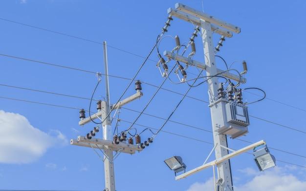 Post de electricidade com céu azul claro