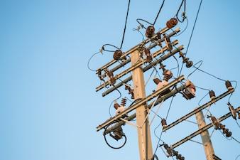 Post de electricidade com fundo de céu azul e espaço de cópia