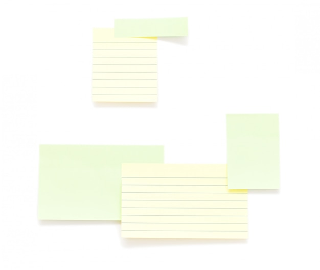 Post-it papéis isolados sobre o fundo