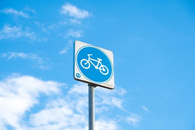 Post sinal de bicicleta.