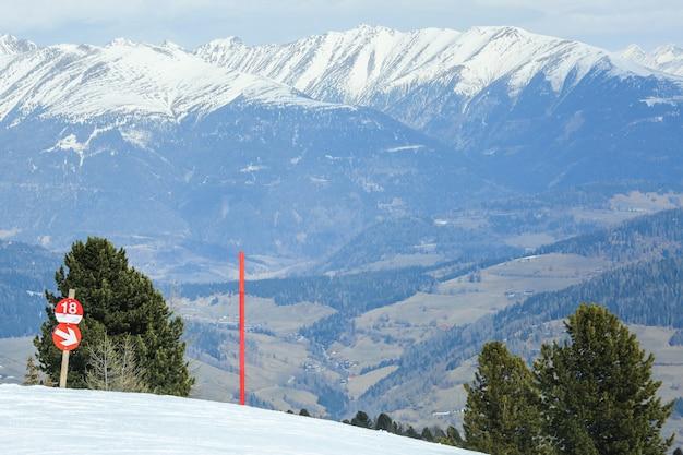 Post vermelho sinal marcando a borda da pista de esqui