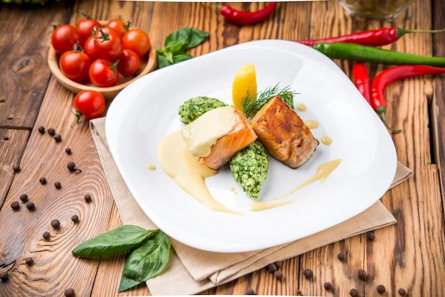 Posta de salmão com purê de batatas e verduras