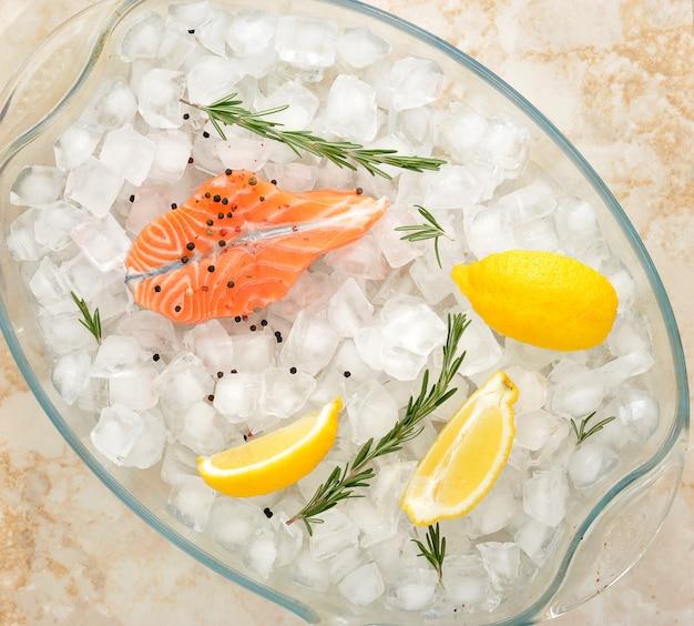 Posta de salmão em um prato de vidro em cubos de gelo