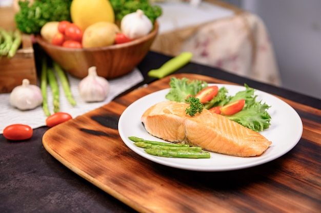 Posta de salmão fresco com salada. aprendizagem online para cozinhar dietas e alimentos saudáveis quando ficar em casa durante o coronavirus.