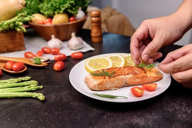 Posta de salmão fresco com salada. aprendizagem online para cozinhar dietas e alimentos saudáveis
