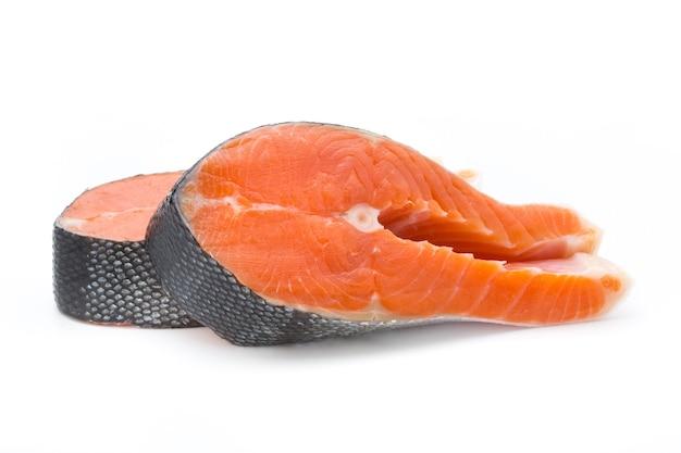 Posta de salmão isolada no branco