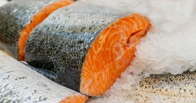 Posta de salmão no balcão de gelo em um supermercado,