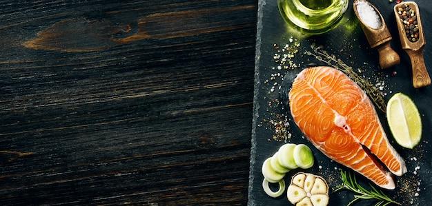 Posta de salmão pronta para fritar. cozinhando o jantar para um ente querido