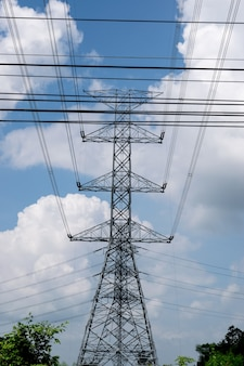 Postagem de eletricidade no fundo do céu azul.