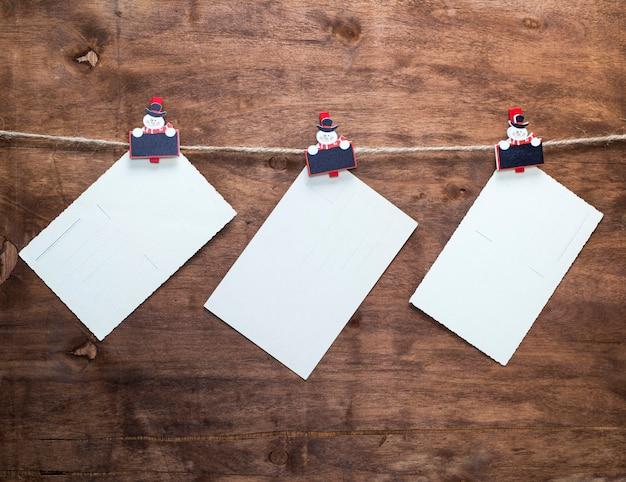 Postais vintage de papel pendurado em uma corda