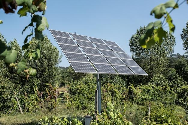Poste com painéis solares no meio do nada