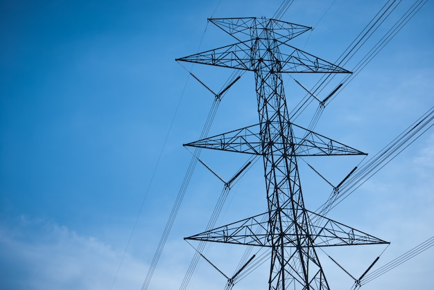 Poste de alta tensão de linha de energia com fundo de céu azul