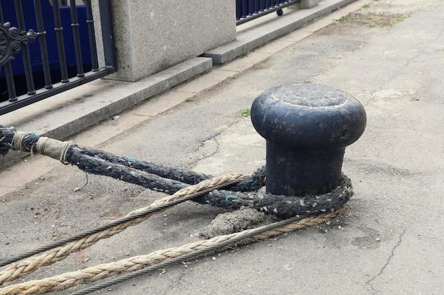 Poste de amarração com cabos de amarração resistentes no aterro