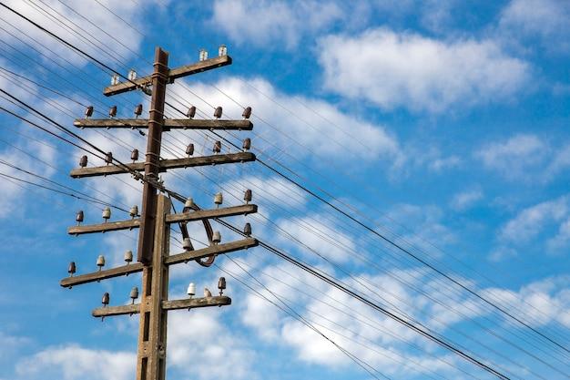 Poste de cabo elétrico e telefônico