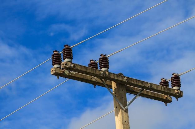 Poste de electricidade no céu azul