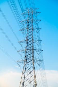 Poste de eletricidade com alta tensão