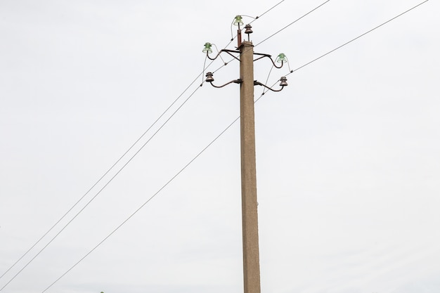 Poste de eletricidade com linha de fios de energia
