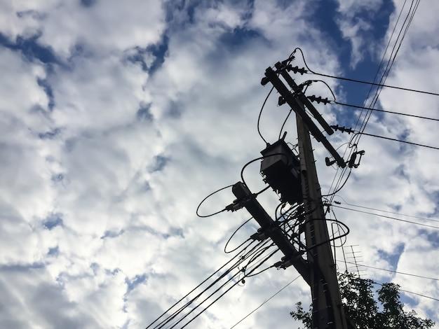 Poste de eletricidade e cabo