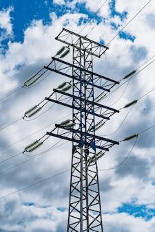 Poste de eletricidade e fios elétricos de alta tensão no céu azul