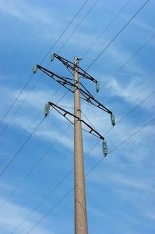 Poste de energia de alta tensão contra o céu azul