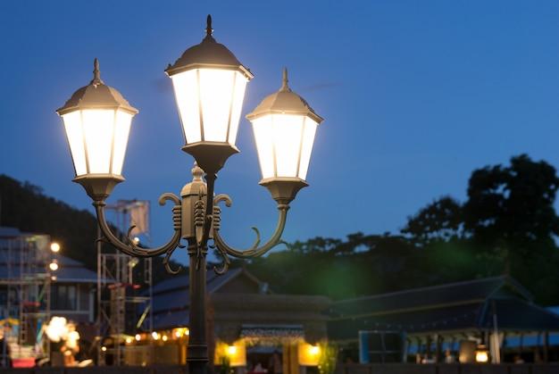 Poste de luz à noite