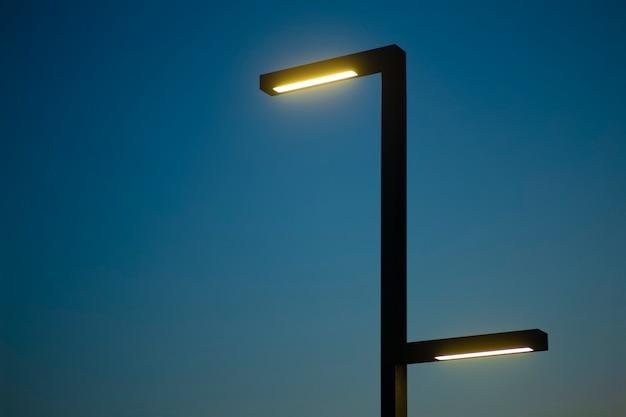 Poste de luz contra o fundo do céu noturno