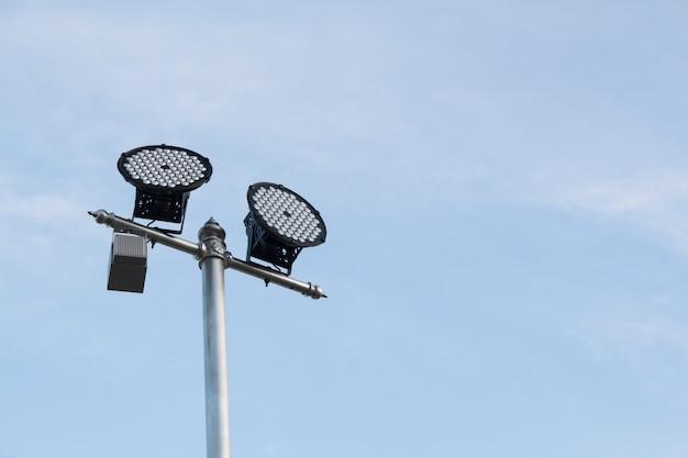 Poste de luz de prata com uma lâmpada led no lado esquerdo