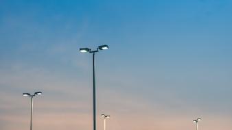 Poste de luz de rua ao pôr do sol