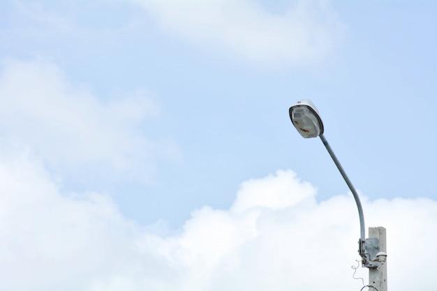 Poste de luz de rua com céu azul