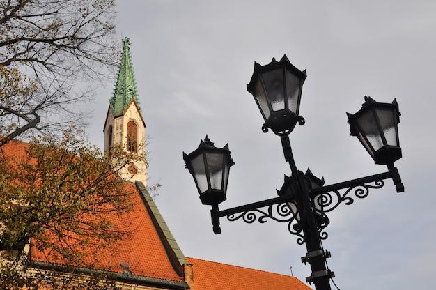 Poste de luz de rua com quatro lanternas góticas vintage na velha riga