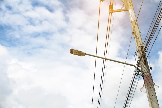 Poste de luz led com painel de célula solar usado na rua, propriedade industrial