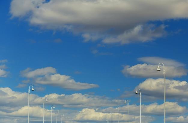 Poste de luz na luz do dia nublado