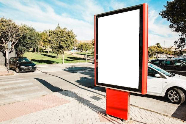 Poste de publicidade vazia da rua na luz solar