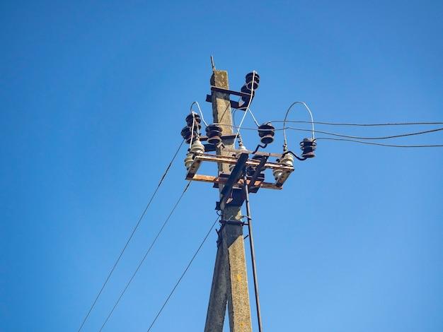 Poste elétrico com fios em um fundo de céu azul
