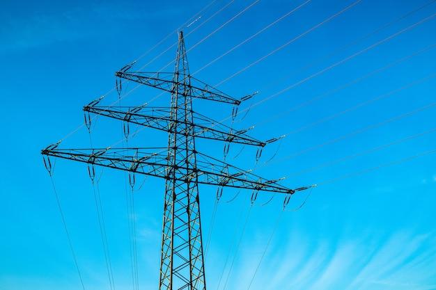 Poste elétrico com um céu azul ao fundo