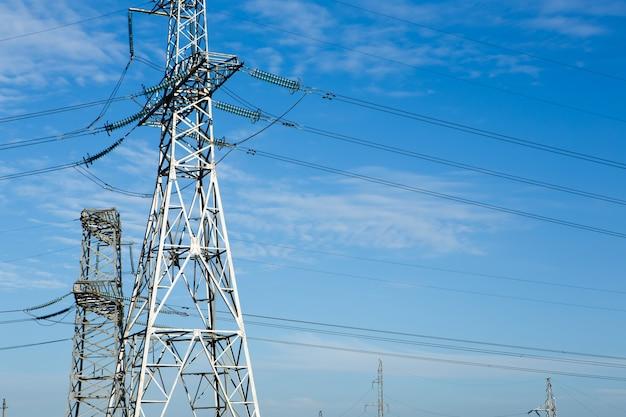 Poste elétrico de alta tensão e linhas de transmissão à noite.