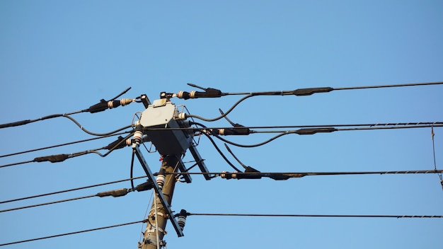 Poste elétrico no japão com fundo de céu azul