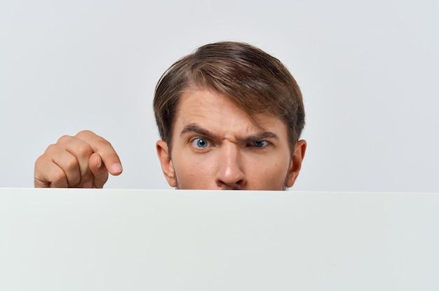 Pôster de maquete branco de homem emocional com exibição recortada de anúncio