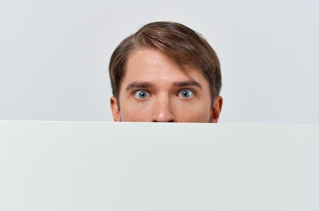 Pôster de maquete de homem emocional branco recortado vista de anúncio close-up